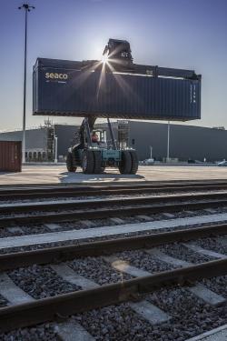 Reach-Stacker-by-rail-tracks